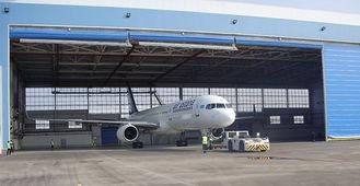 Chine Hangars en acier simples d'avions de la baie PEB avec les portes roulées électriques fournisseur