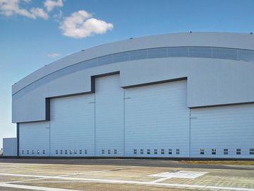 Hangars en acier préfabriqués d'avions de système de toiture de courbe avec les portes électriques de glissière